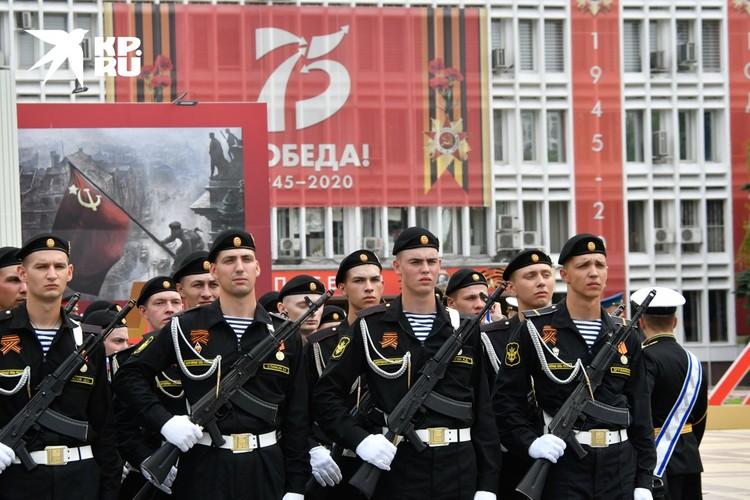 Участники Парада Победы в Новороссийске.
