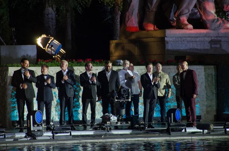 Артисты собрались вместе в финале.