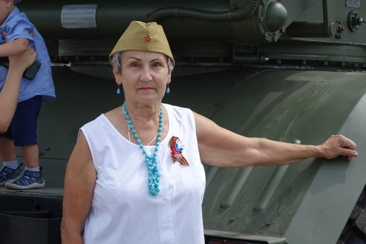 Александра Жмурко вместе с правнуком пришла на торжественное шествие.