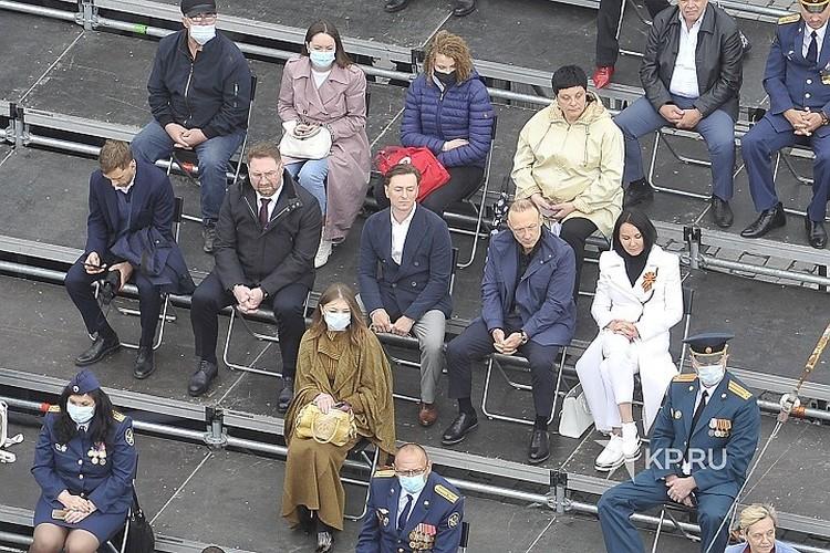 Сергей Безруков сидел на параде грустный и без маски.