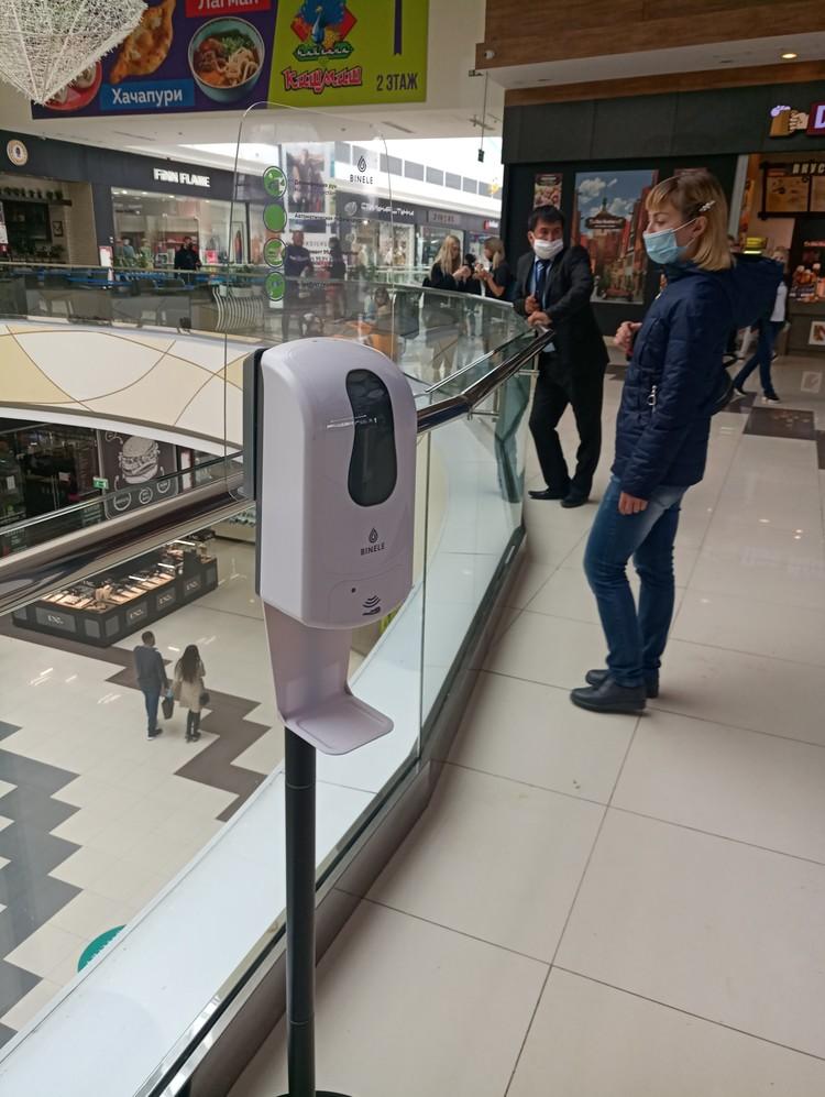 В торговых центрах повсюду размещены санитайзеры