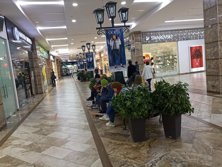 В торговых центрах традиционно заняты все лавочки - подростки вернулись в любимые точки притяжения