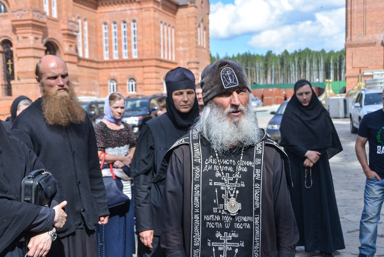 Сергий молится в своей обители и не выходит от туда.