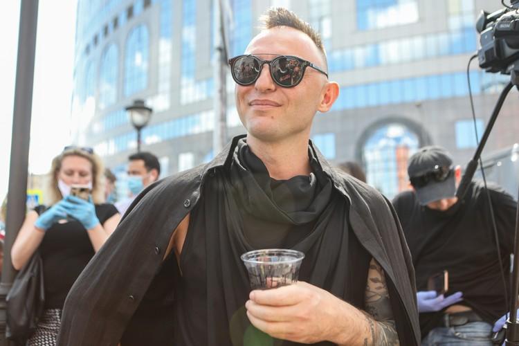 Музыкант Рома Зверь у здания Мещанского суда.