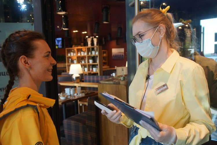 Персонал в масках. Посетители в масках все-таки не едят, но заходить можно только в защите