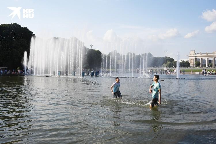 Фонтаны Парка Горького окружены людьми по всему периметру