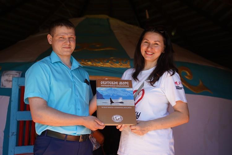 Анжелика Потеряхина подарила Александру Смирнову книгу из новой серии ИД «КП».