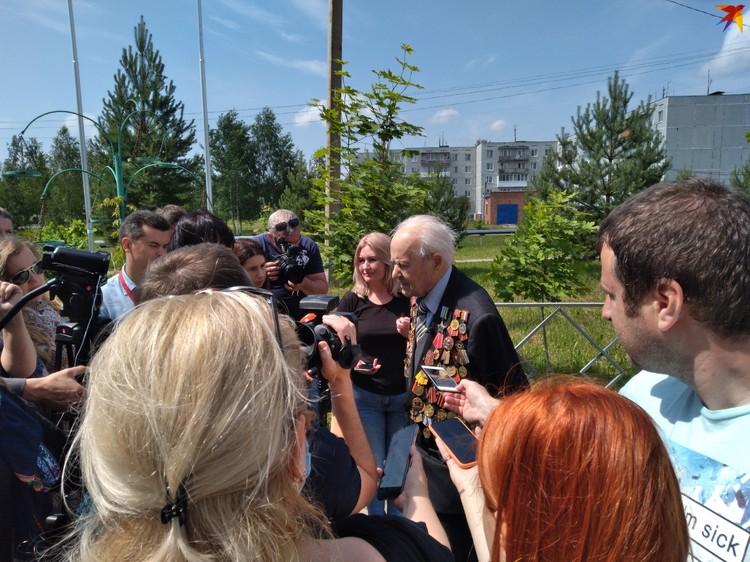 Ветеран общается с журналистами на открытии мемориала.