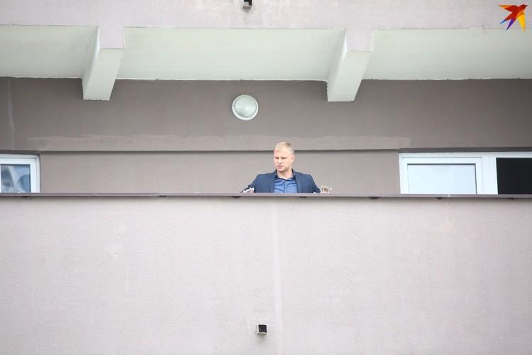 Общий балкон дома осматривают правоохранители.