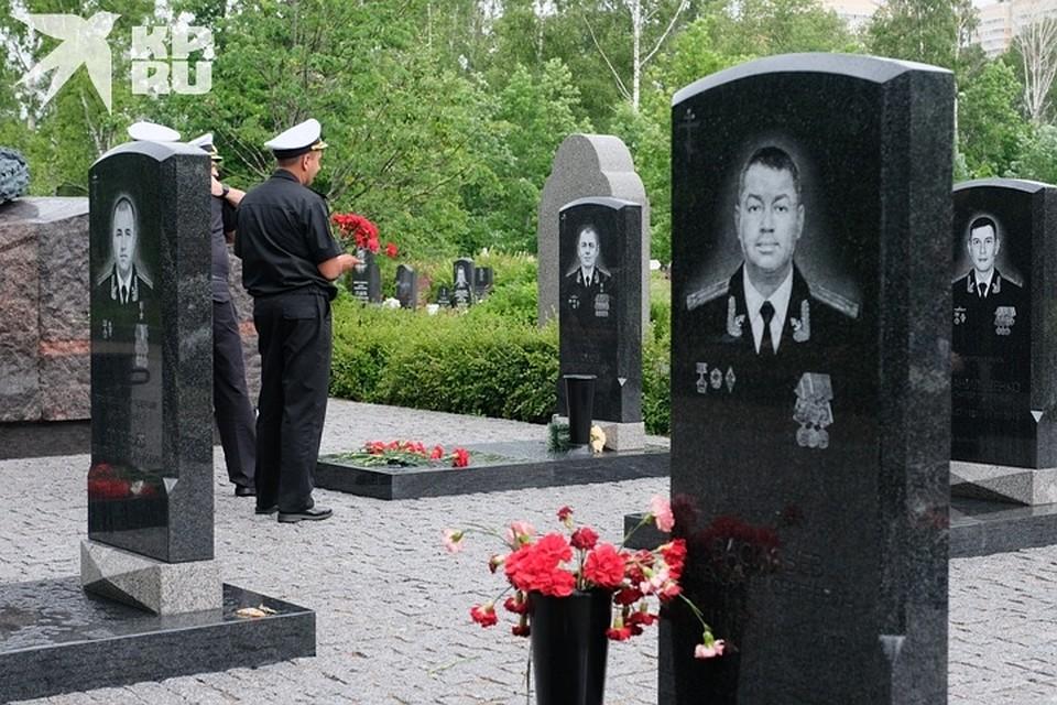 Почтить память погибших моряков пришли их коллеги Фото: Артем КИЛЬКИН