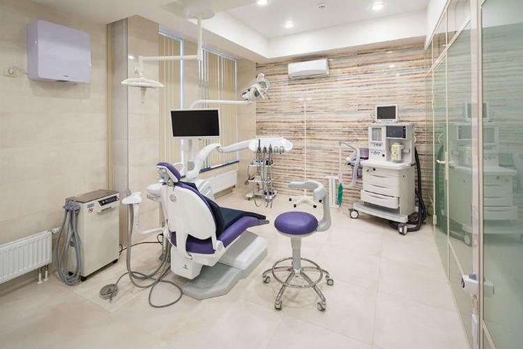 """Кабинет хирургии ( в углу стоит наркозно-дыхательный аппарат). Фото: стоматология """"Филигрань""""."""