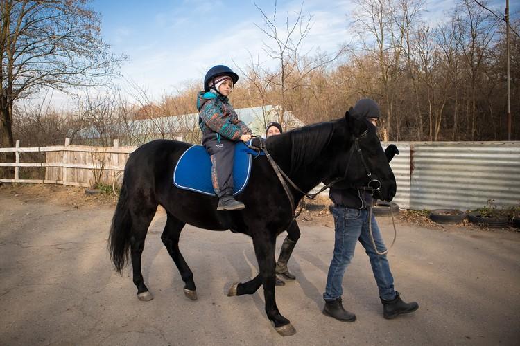 Сейчас Женя занимается сенсорной интеграцией, катается на лошадях. Он понимает устную речь, обучается бытовым навыкам. Фото Станиславы Войцеховской.