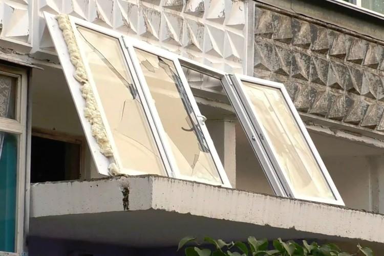 В итоге окно приземлилось на козырек подъезда. Фото: admkirov.ru
