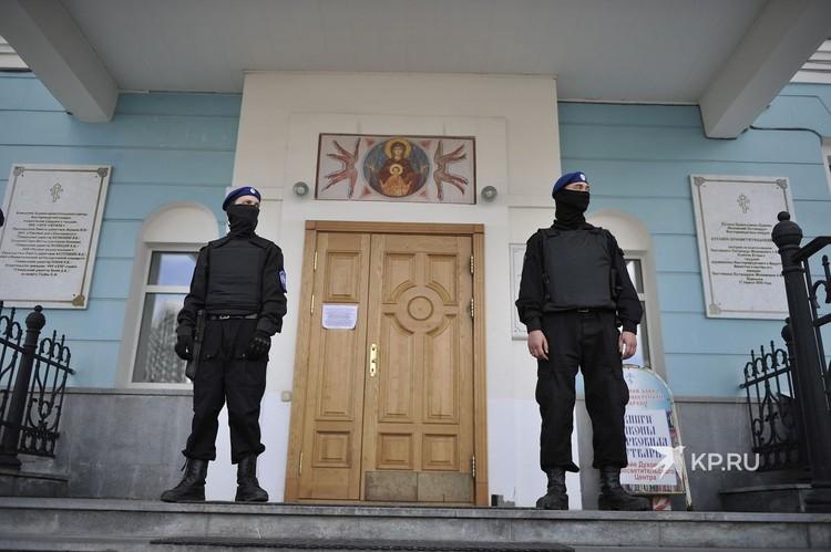 Пока шел суд, у входа в здание Екатеринбургской епархии дежурили представители Оренбургского казачьего войска. Бойцы Казачьего отряда быстрого реагирования.