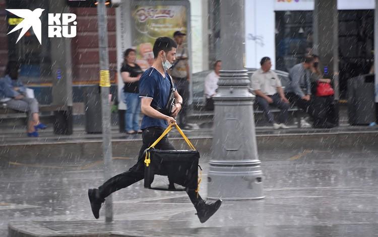 По прогнозам синоптиков Росгидромет в столице до полуночи обещают местами очень сильный дождь