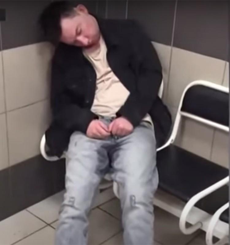 В ОВД дебошир уснул