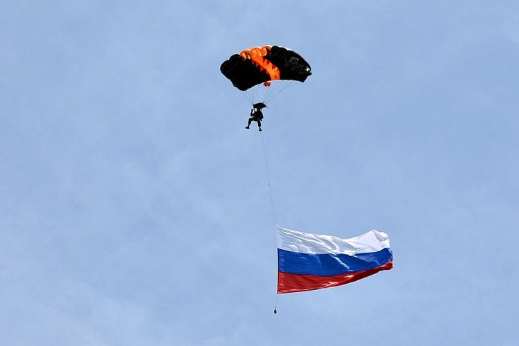 Российский флаг взмыл в небо в Приморье. Фото: Александр Сафронов (Правительство Приморского края)