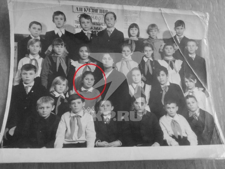 Жанна Агузарова в 4 классе. Уже тогда выделялась: единственная из девочек, кто без галстука. Фото: предоставлено Натальей Прониной