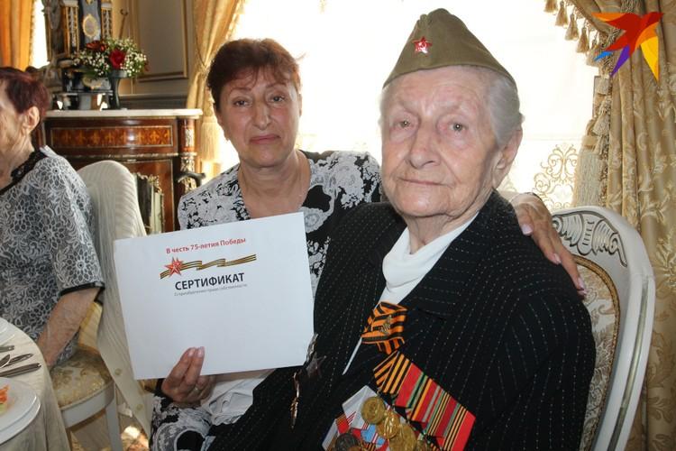 Каждая из героических женщин услышала в свой адрес слова благодарности, получила цветы и главный подарок - сертификат на квартиру
