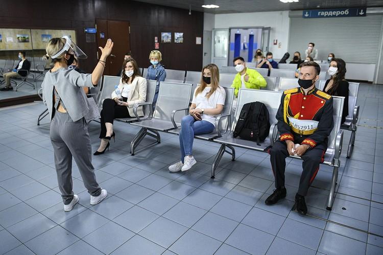 На стульчиках при входе в павильон кандидатов на попадание в «Голос» рассаживают в шахматном порядке. Фото: Максим ЛИ
