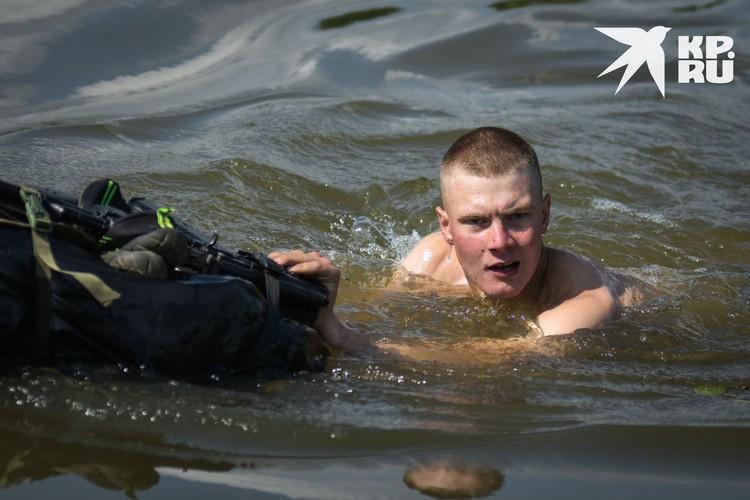 Участники преодолевали 100 метров водной преграды.