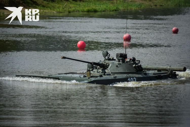 Следом за разведчиками в воду двинулась БМП.