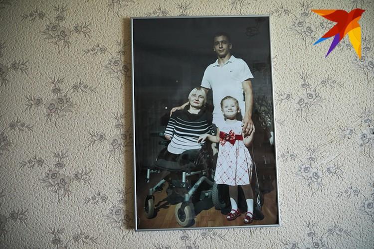На стене - любимая фотография, на которой Елена Константиновна с сыном Денисом и внучкой Ангелиной.