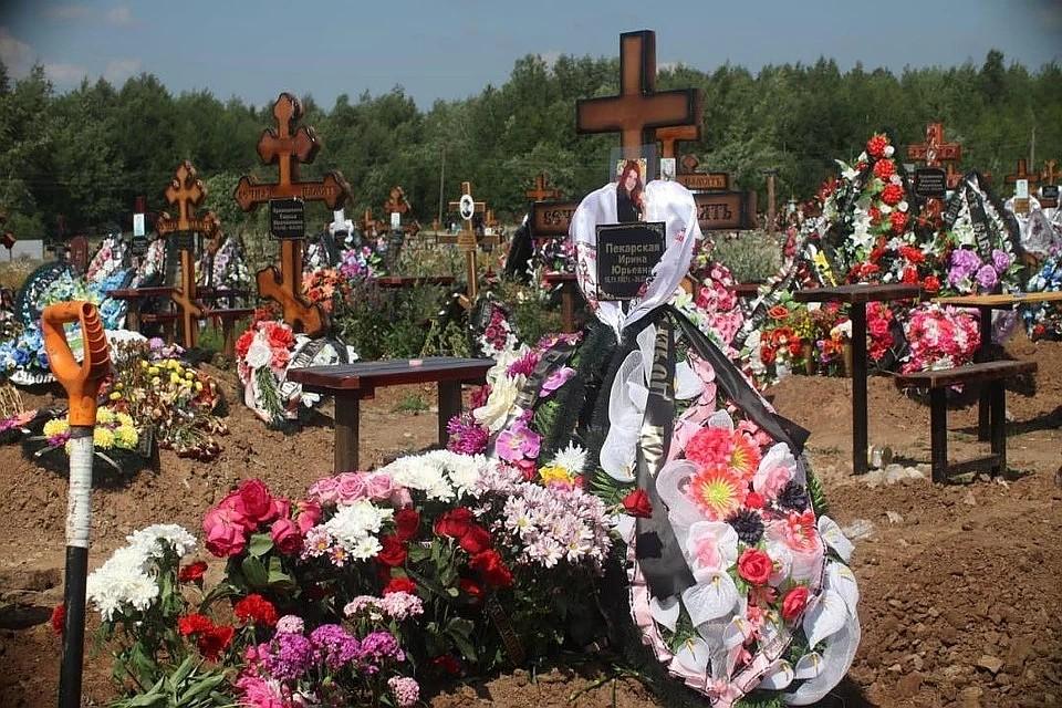 8 июля Ирину Пекарскую похоронили на кладбище в Березниках. Ее муж Сергей Колпаков на похороны не приехал. Фото: Василий Вахрин