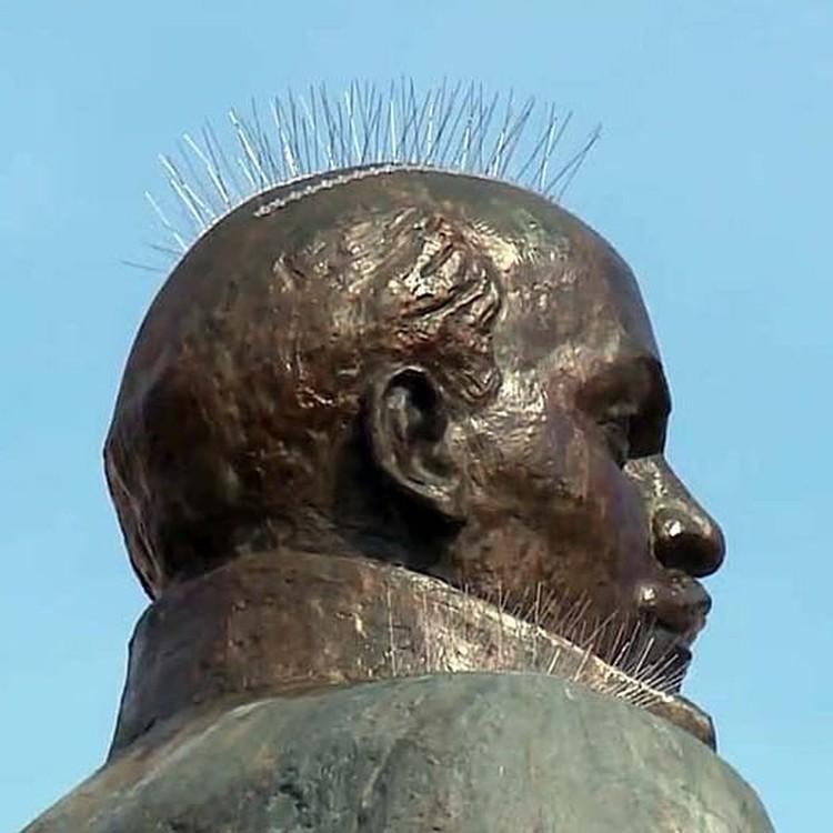 Иглами были покрыты голова и плечи памятника. Фото: @johnnykhv