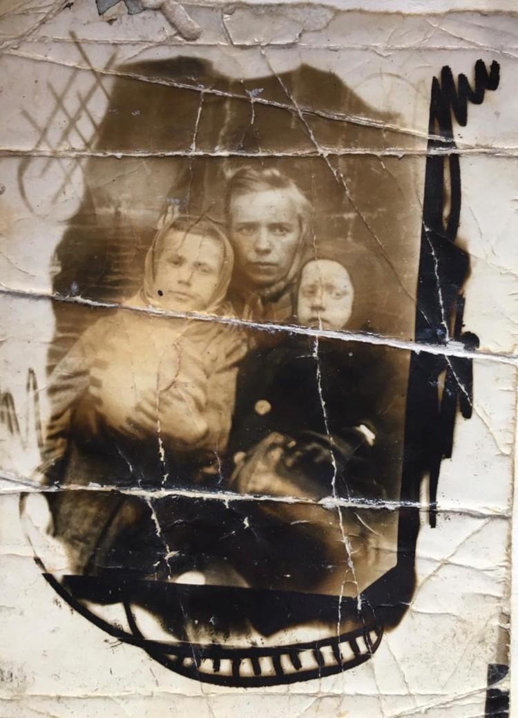 В годы войны. С мамой и сестрой. Фото: из архива Владимира Нюхляева