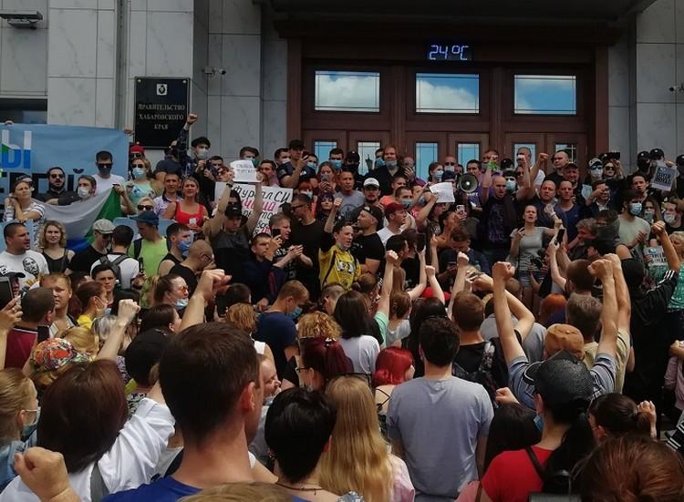 Шествие завершилось у крыльца белого дома. Фото: Мария Шестунова