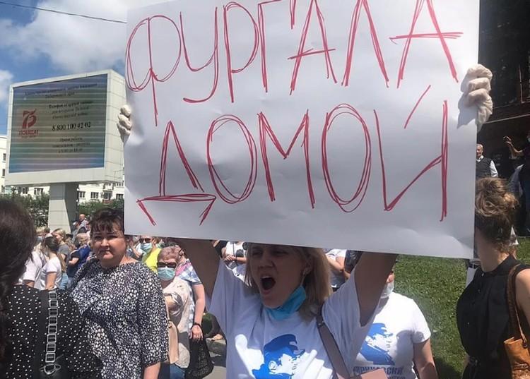 Десятки тысяч жителей Хабаровска вышли на митинг в поддержку арестованного губернатора Сергея Фургала
