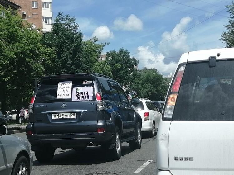 Чуть ли не на каждом втором автомобиле можно увидеть наклейки и плакаты