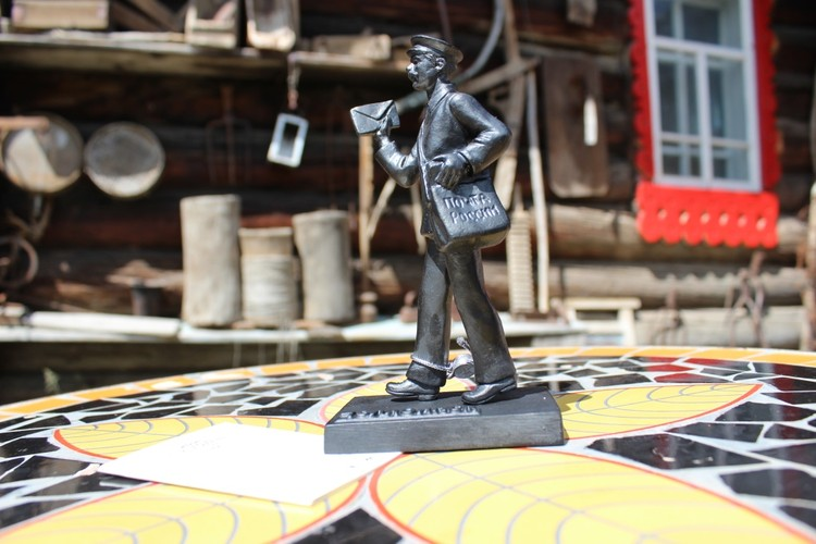 Статуэтка «Почтальон» является миниатюрной копией скульптуры Почтальона, расположенной на Кировке в Челябинске. Фото: УФПС Челябинской области