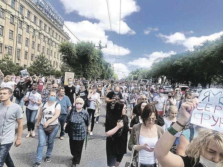 По улицам Хабаровска прошел крупнейший в истории города многотысячный митинг. Дороги перекрыли. Но автомобилисты поддерживали протестующих гудками машин.