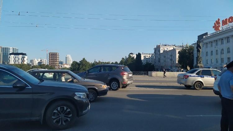 Попавшая в ДТП иномарка находится на трамвайных путях на проспекте Ленина
