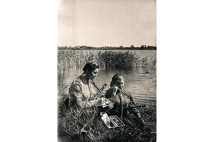 Девушки-связистки. Фото: Ольга ЛАНДЕР/РИА Новости