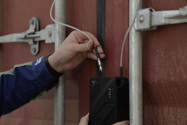 Пломба, на основе системы ГЛОНАСС подаст сигнал, если ее попытаются снять, или если груз отклонится от маршрута. Фото: пресс-служба ООО «Центр развития цифровых платформ».