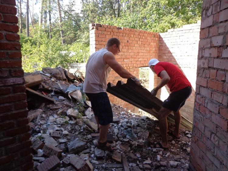 """Семь лет назад добровольцам пришлось вручную выносить мусор и приводить здание в порядок. Фото: """"Добрый дом"""""""
