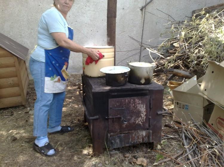 """Первое время животным приходилось жить на улице. Там же на печке им готовили еду. Фото: """"Добрый дом"""""""
