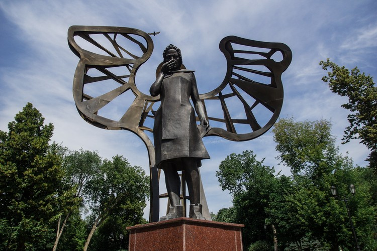Скульптурная композиция «Женщина-мать» в сквере «Родина»
