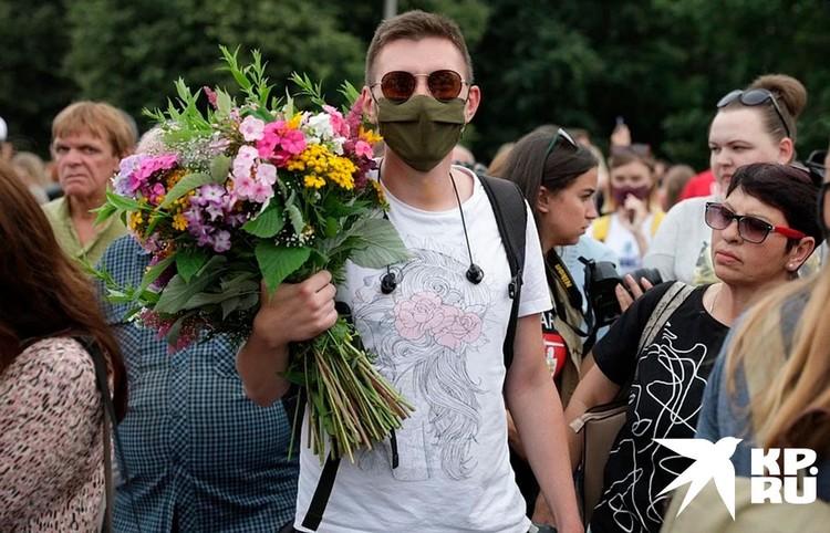 Цветы для Светланы Тихановской, Вероники Цепкало и Марии Колесниковой