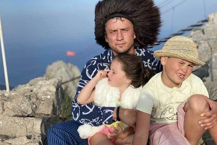Павел Прилучный увез сына Тимофея и дочь Мию на отдых в Крым, куда к нему внезапно нагрянула новая возлюбленная Мирослава Карпович.
