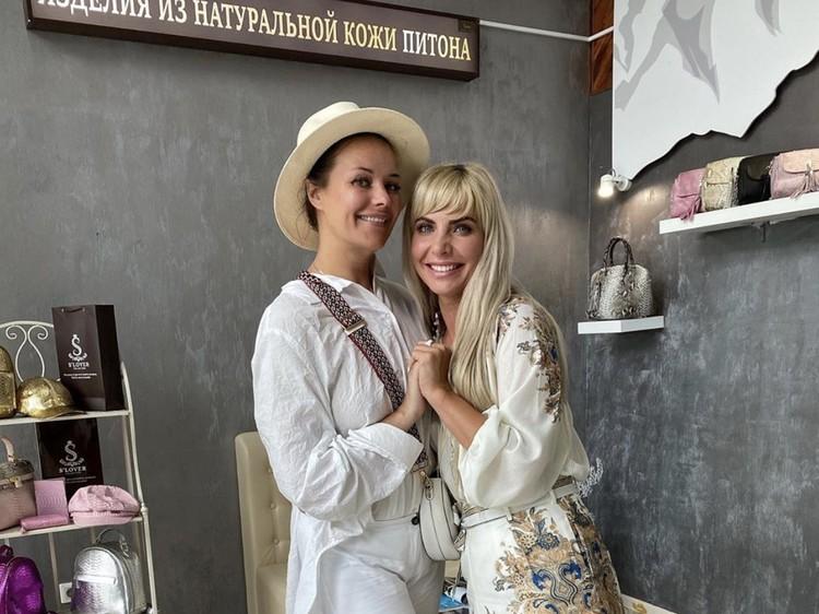 На курорте она заглянула в бутик-ателье одного из известных брендов по пошиву изделий из кожи питона и крокодила. Фото: @_slovercollection