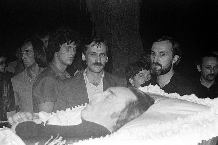 Друзья и коллеги у гроба Высоцкого