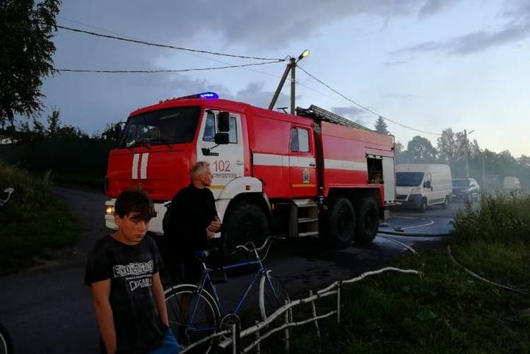 Катер отбуксировали к берегу, где его ждали пожарные / Фото: МЧС Ленобласти