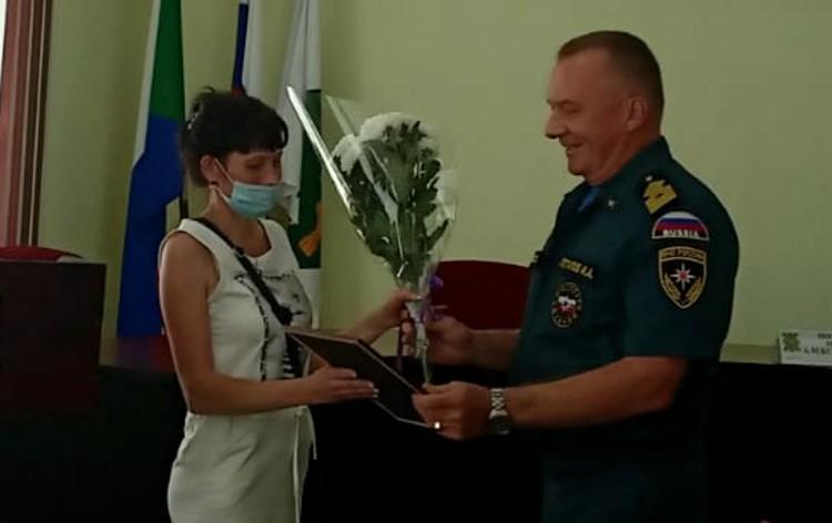 Героя и его родителей поздравил Игорь Потапов, начальник центра ГИМС МЧС России по Хабаровскому краю