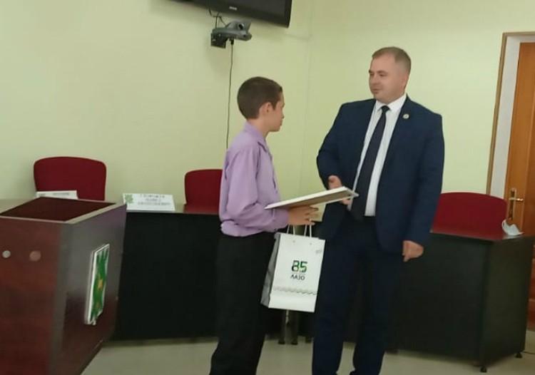 Благодарственное письмо и ценный подарок Максим получил от главы районной администрации Сергея Сторожука