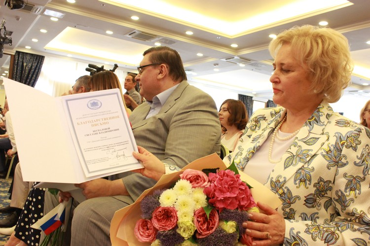 Ректор Донецкого национального университета с благодарностью от Геннадия Онищенко