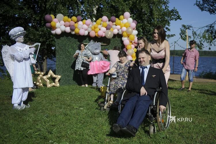 На свадьбе было очень много гостей